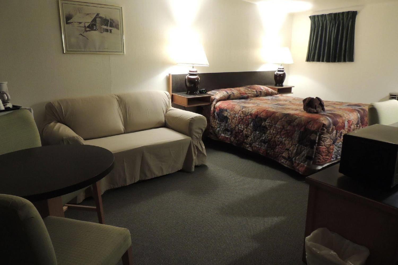 Отель 100 Mile Motel & RV Park