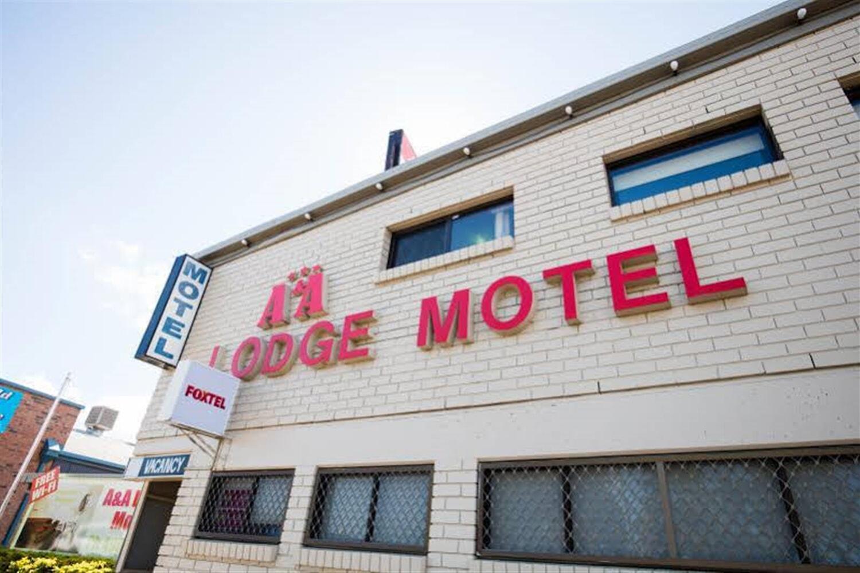 Отель A & A Lodge Motel Emerald