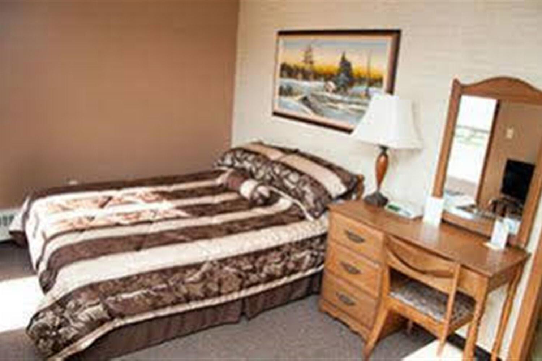 Отель Adams Golden Acres Motel