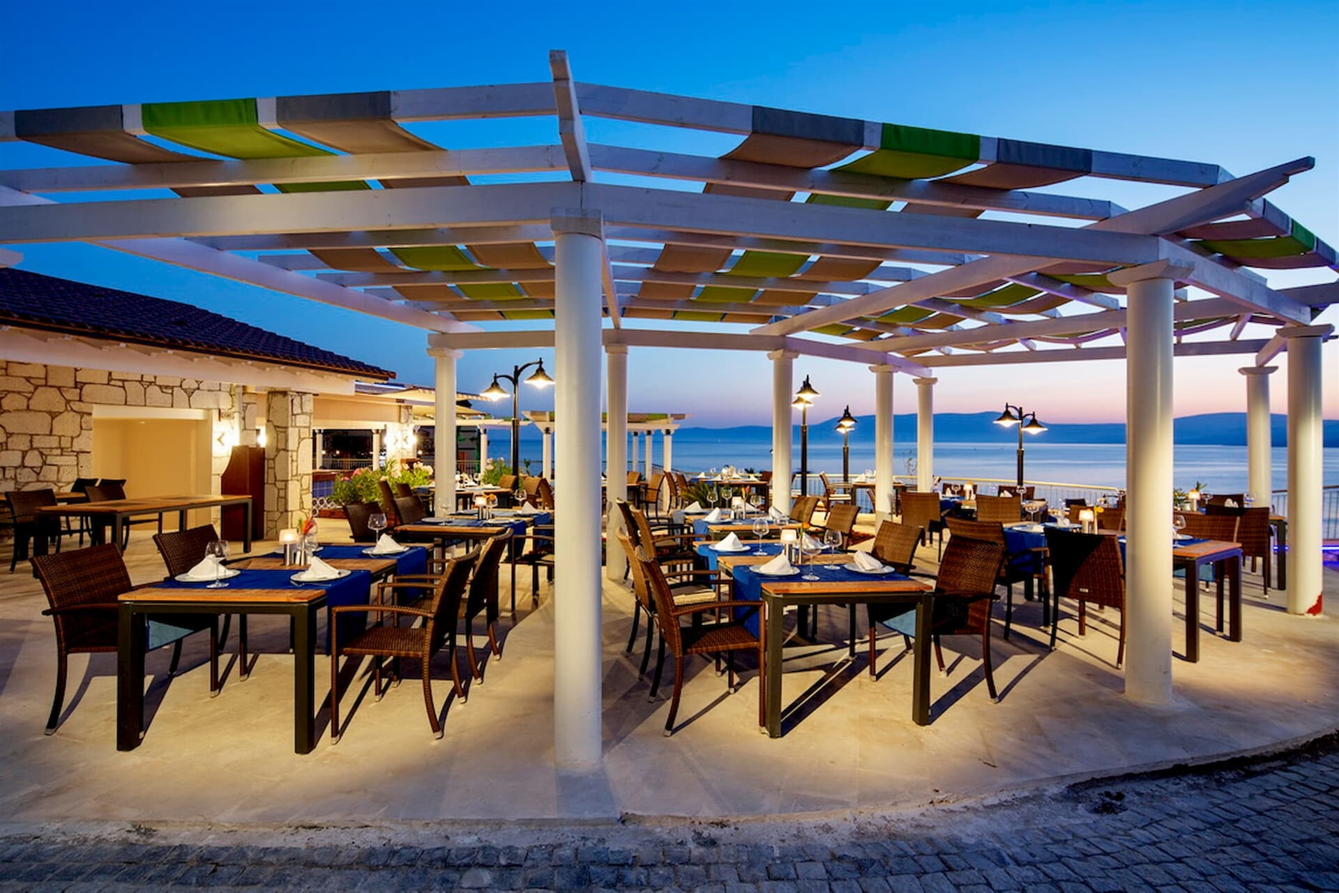 Seasonal fish and seafood meu accompanied by a romantic landspace will add color to your evinings.