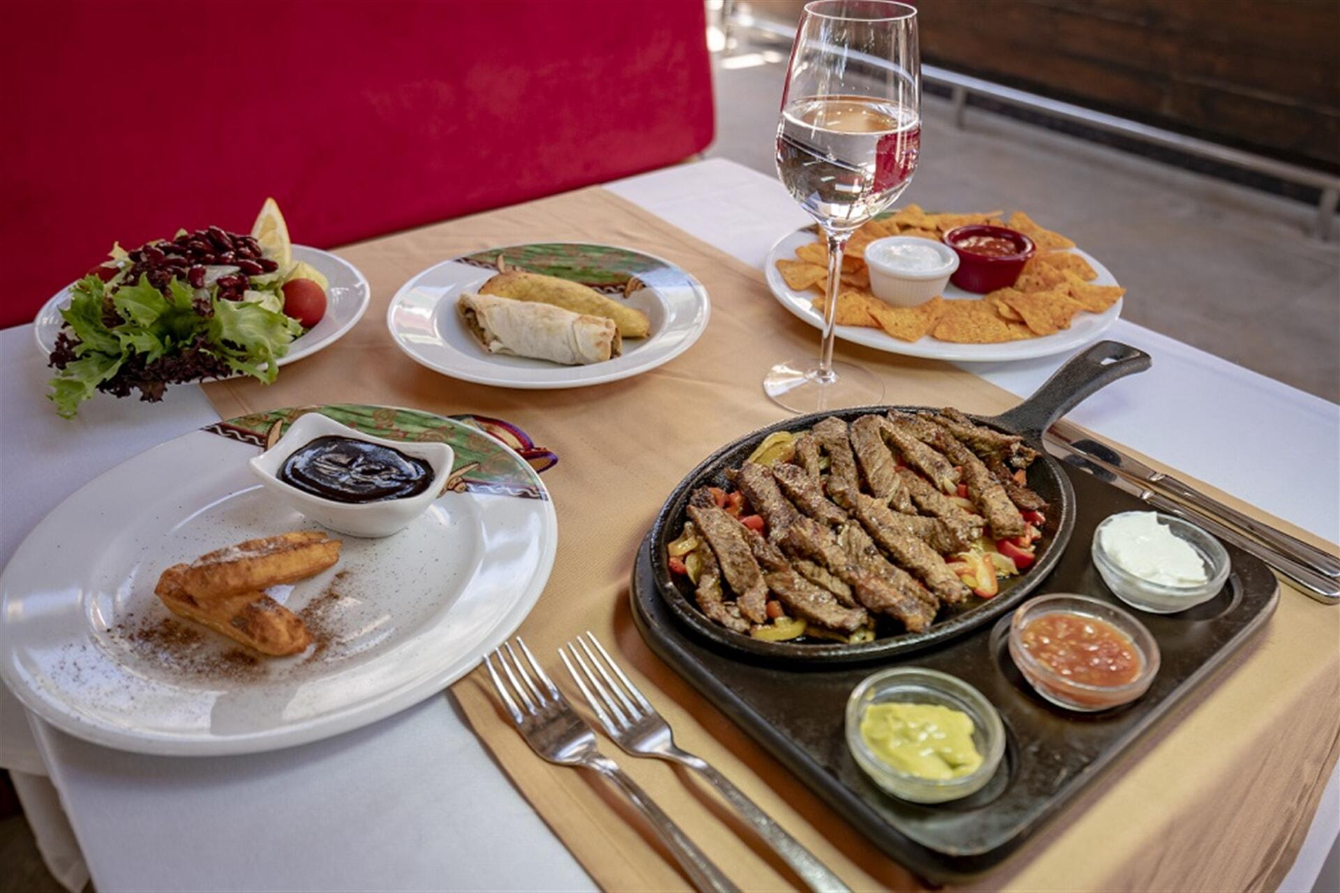 Wir haben die lebendige Kultur Mexikos mit dem einzigartigen Geschmack seiner Küche dekoriert.