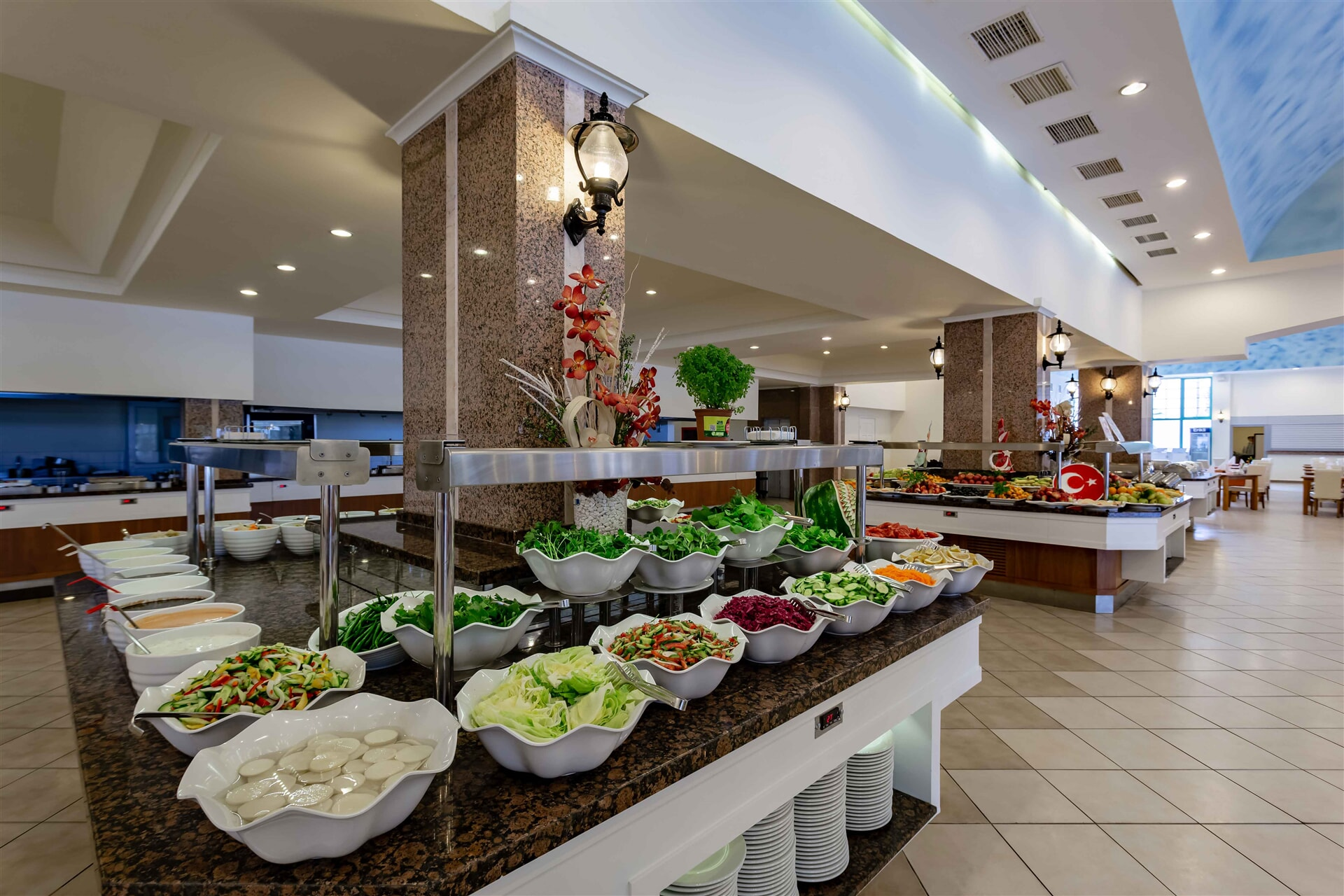Begleitet von einer romantischen Aussicht wird es Ihre Abende mit der saisonalen Speisekarte mit Fisch und Meeresfrüchten beleben.